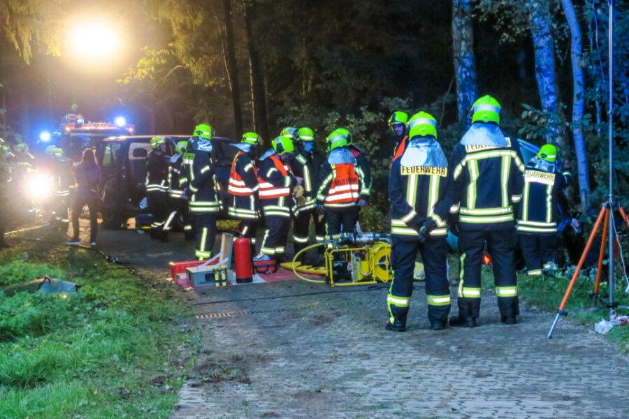 Im Übungsszenario der Schneeberger Feuerwehren sowie der Rettungskräfte kamen insgesamt circa 40 Einsatzkräfte zur Unfallstelle.