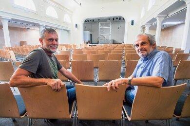 Joachim Keller (links) und Christoph Döllefeld vom Vorstand der evangelisch-freikichlichen Gemeinde Aue-Lauter im neuen Gemeindesaal.