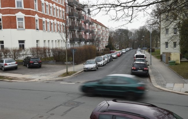 Blick von der Salzstraße in die Inselstraße auf dem Schloßberg. Hier soll nach dem Willen der Stadtverwaltung demnächst eine Tempo-30-Zone beginnen, die den Abteiweg und einen Teil der Mittelstraße einschließt.