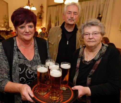 Ingrid Teubner (l.) und ihre Mutter Ruth Gläser hatten Stammgäste und Freunde eingeladen. Unter ihnen der weltbekannte Trompeter Ludwig Güttler, der in Sosa aufgewachsen und Ruth Gläsers Cousin ist.