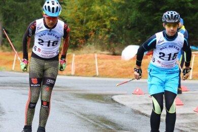 Gino Müller (l.) und Carlos Reichel vom SSV Geyer mussten am Samstag die rot-orangen Rollen für die nasse Straße an den Ski wählen.