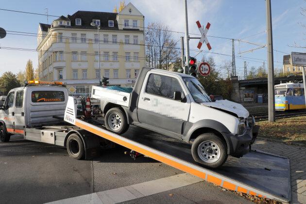 Kollision zwischen Pick-up und Straßenbahn: Zwei Verletzte