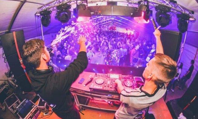 """Zum """"Last Summer Dance"""" des Jugendclubs tanzten rund 700 Feierfreudige im vergangenen Jahr auf dem Bahnhofsgelände, unter anderem zur Musik der DJs Klangchaoten."""