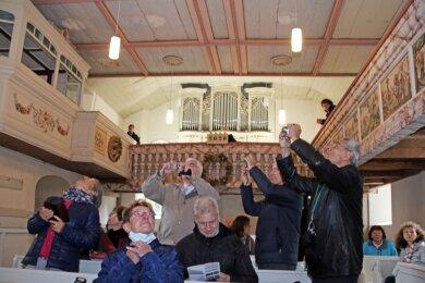 Die Mitglieder der Silbermann-Gesellschaft zeigten sich begeistert von der Dittersbacher Kirche und ihrer Orgel. Das Instrument soll möglichst bald saniert werden.