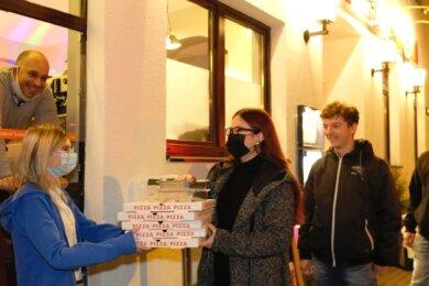 Pizza am Stadtsteg: Restaurant-Chef Alessandro Renis, seine Partnerin Theresa Winkler und die Gäste Linda Gruner und Niclas Gerhardt aus Greiz sowie Ricardo Busch aus Reichenbach (von links).