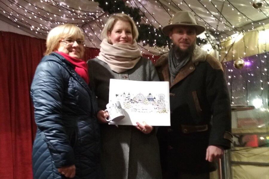 Stadtsprecherin Silvia Weck (links), Elke Eckhardt und Markus Schneider vom veranstaltenden Verein Forum K freuten sich am Freitagnachmittag über das neue Bürgertassenmotiv.
