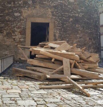 Als Erstes wird die Innentreppe abgerissen.