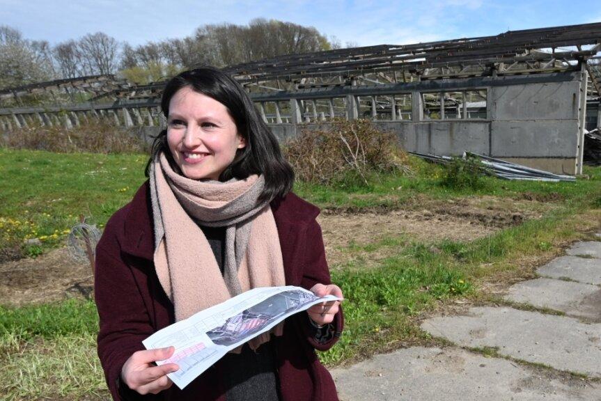 Projektverantwortliche Lara Würfel von der Firma Deto Solarstrom steht auf der Fläche im Unterdorf von Taura, wo eine Fotovoltaikanlage aufgebaut werden soll.