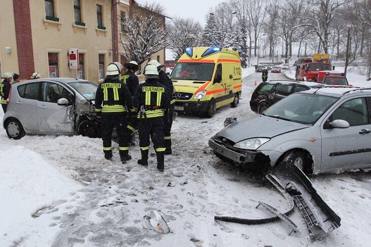 Am Samstagnachmittag wurden bei einem Unfall auf der B 173 in Oberschöna drei Personen verletzt.