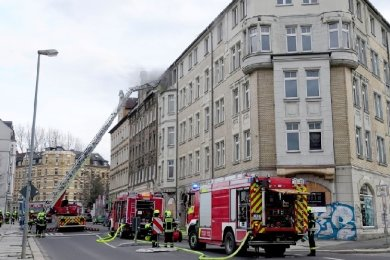 Wegen eines großen Löscheinsatzes der Feuerwehr ist es am Sonntagabend zu Verkehrsbehinderungen auf dem Chemnitzer Sonnenberg gekommen.