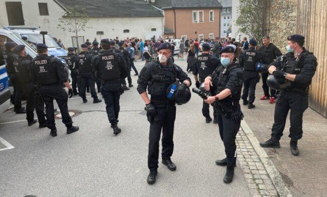 Zahlreiche Polizisten waren am 10. Mai in Zwönitz im Einsatz. Mehrere von ihnen wurden verletzt.