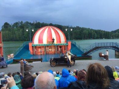 Die rund 700 Gäste haben sich mit Regencapes und Schirmen trocken gehalten.