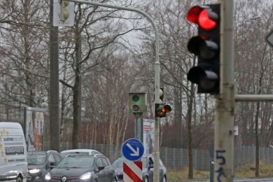 Auf der Reichenbacher Straße stehen an der Ecke Olzmannstraße Blitzerkästen - diese sind aber nicht mehr in Betrieb. Die geplante Installation von neuen Rotlichblitzern wird verschoben.