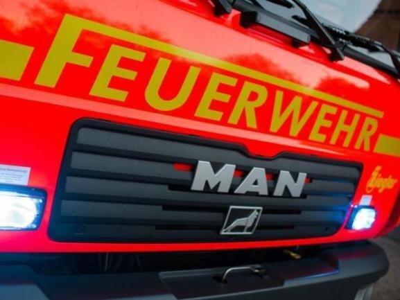 Am Dienstagmorgen standen mehrere Abfallbehälter in Reichenbach und Plauen in Flammen. Auch ein Auto wurde beschädigt. Die Polizei sucht Zeugen.