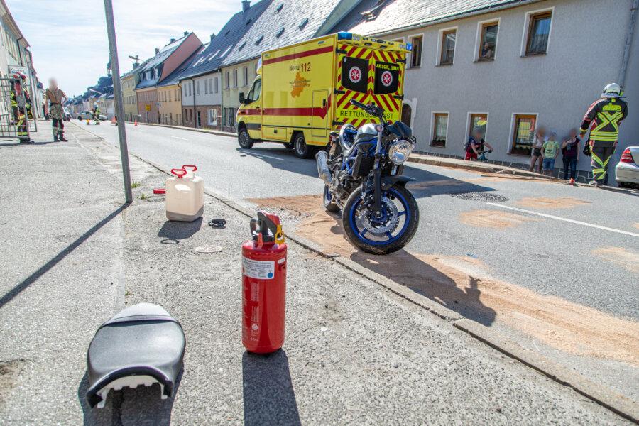 B 101 in Scheibenberg: Biker prallt auf Pkw