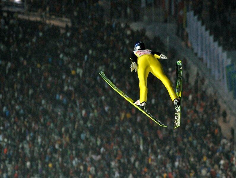 """<p class=""""artikelinhalt"""">Der Österreicher Thomas Morgenstern beim Weltcup-Skispringen vom 2. Februar über den Köpfen der fast 14.000 Zuschauer in der Vogtland-Arena. </p>"""