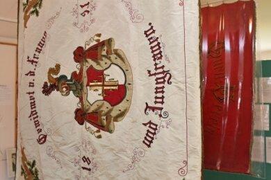 Eine der sanierungswürdigen Vereinsfahnen von Altmittweida. Der Heimatverein sammelt Spenden, um sie wieder herrichten zu können.