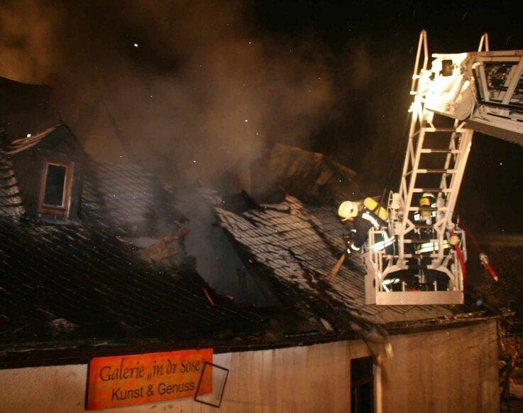 """<p class=""""artikelinhalt"""">Vom Korb der Drehleiter aus versuchen Feuerwehrleute, der Flammen Herr zu werden. </p>"""