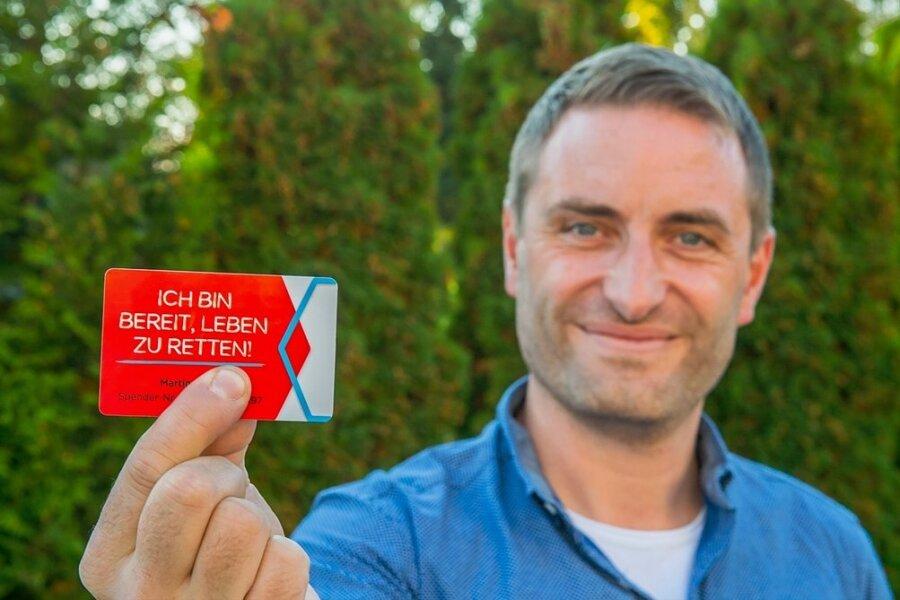 Martin aus Neukirchen hat mit seiner Stammzellspende Günter aus der Oberpfalz das Leben gerettet. Hier zeigt er seinen Ausweis der Deutschen Knochenmarkspenderdatei, bei der er als Spender registriert ist.