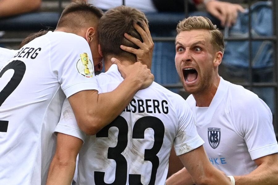 Tino Schmidt (r) von Babelsberg und seine Mitspieler bejubeln den Ausgleichstreffer zum 1:1.