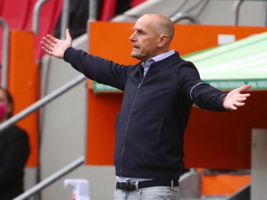 Augsburgs Trainer Heiko Herrlich wetterte gegen die Elfmeter-Entscheidung.