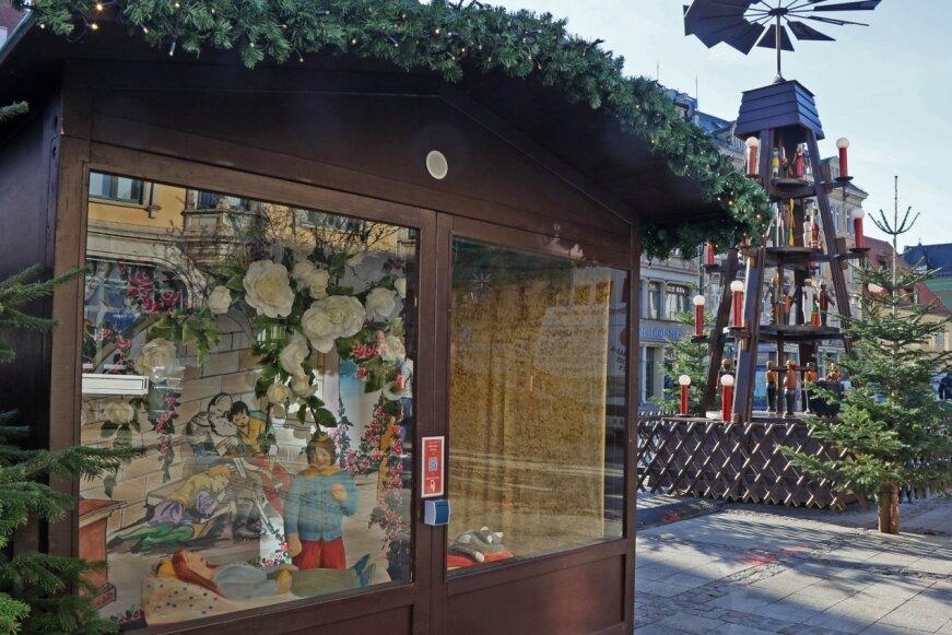 """Die """"Dornröschen""""-Märchenhütte ist die neueste der acht Märchenhütten auf dem Hauptmarkt."""
