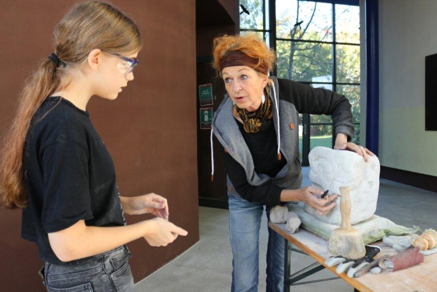 Die Bildhauerin Erika Harbort gibt der 13-jährigen Tabea Müller professionelle Tipps für ihren Elefanten.