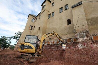 Bauleiter Heiko Müller beim Freilegen der Fundamente außerhalb des Schlosses.
