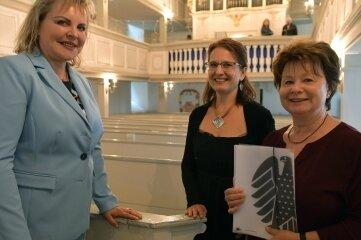 Veronika Bellmann, Organistin Eva Bublovà und Beate Ebenhöh (v. l.) in der Nassauer Kirche.