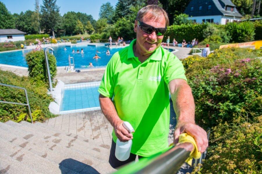 Das Desinfizieren von Handläufen gehört dieses Jahr dazu: In der großen Anlage des Freibads in Raschau übernimmt das Gerd Schilhan, Meister für Bäderbetriebe.