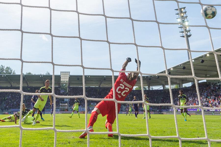 Osnabrücks Torwart Philipp Kühn kann das Tor zum 1:0 durch Aues Tom Baumgart nicht verhindern.