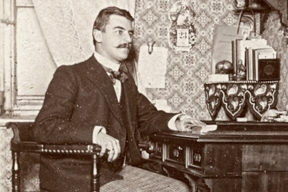 Der Arzt und Kunstförderer Adolf E. Thiele (im Foto etwa 25 Jahre alt) machte sich zu Beginn des 20. Jahrhunderts um die zeitgenössische Kunst in Chemnitz verdient und setzte sich für soziale Reformen ein. Thiele praktizierte in Kappel, wo auch Arbeiter aus umliegenden Industriebetrieben zu seinen Patienten gehörten.