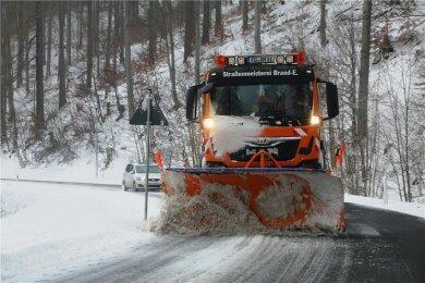 Der Winterdienst war, wie hier in Holzhau, am Sonntag regelmäßig im Einsatz.