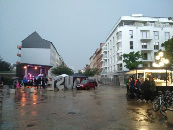 """""""T is for Silence"""" spielen ihr Set trotz Regen und ein harter Besucherkern feiert."""