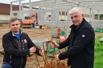Florian Schulz lernt bei der Fuchs Bau GmbH den Beruf des Beton- und Stahlbetonbauers, hier mit Ausbilder Silvio Klose. Der 20-Jährige ist auf der Baustelle in Rossau eingesetzt, wo eine Halle für das Norma-Lager gebaut wird.