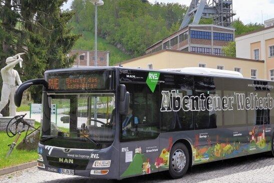 Vor dem Schacht 371 bei Bad Schlema waren die zwei Linienbusse im Welterbe-Design unterwegs.