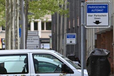 Die Automaten stehen schon: Wer sein Auto in der Innenstadt parkt, wird ab Dienstag wie hier an der Straße der Nationen zu Kasse gebeten.