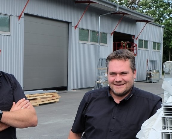 Die Geschäftsführer Steve und Sören Wagner (von links) vor der 600 Quadratmeter großen neuen Halle des neuen Logistikzentrums.