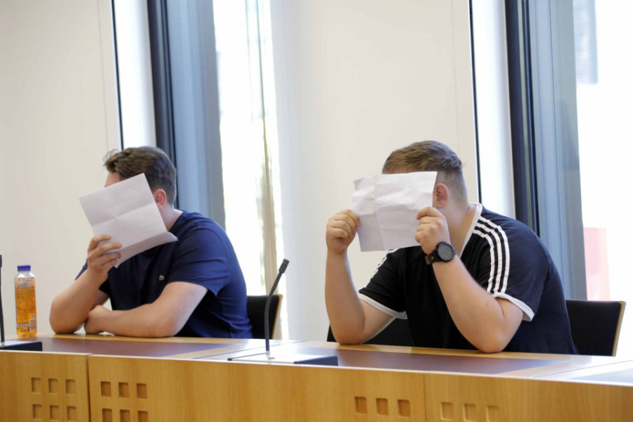 Die beiden Angeklagten am Dienstag vor Gericht.