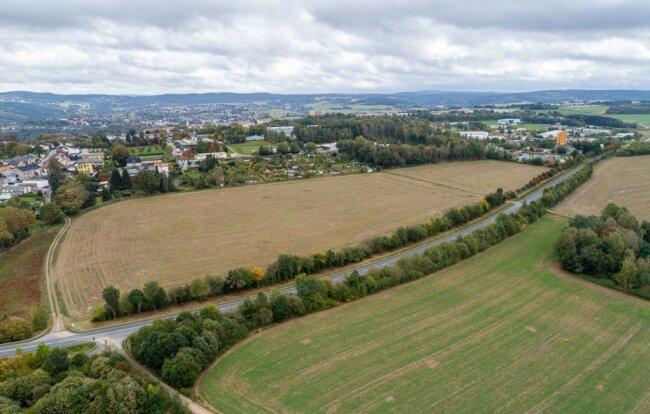 Auf den Ackerflächen zwischen der neuen B-169-Trasse und den Grundstücken an der Oberen Goethestraße in Rebesgrün soll sich künftig Gewerbe ansiedeln.