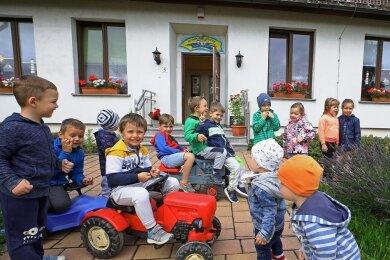 """In der Kindertagesstätte """"Kunterbunt"""" in Oberwiera ging es am Dienstag verfrüht-herbstlich-fröhlich zu."""