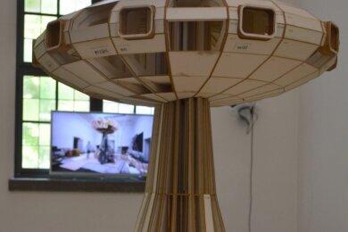 Diese Raum ausfüllende Skulptur ist als Referenz an utopische Architekturen des 20. Jahrhunderts gedacht.