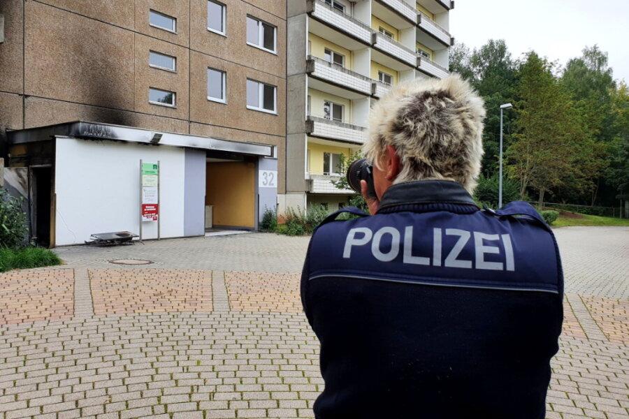 Container brennen an Wohnblock in Hutholz - Polizei ermittelt