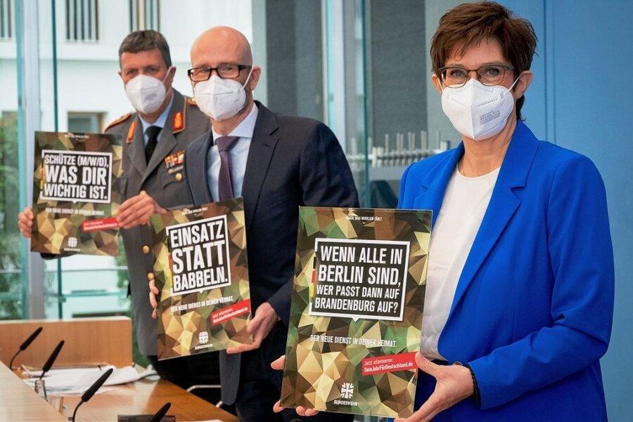 Markus Laubenthal (von links), Vize-Generalinspekteur der Bundeswehr, Peter Tauber (CDU), Parlamentarischer Staatssekretär, und Annegret Kramp-Karrenbauer (CDU), Bundesverteidigungsministerin, präsentieren die Plakate zur Vorstellung des freiwilligen Wehrdienstes.