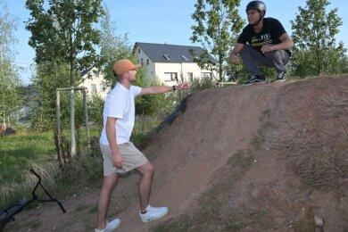 Thomas Viehweger (links) und Adam Jaouachi zeigen, wie steinig, ausgespült und scharfkantig die Strecke teilweise ist.