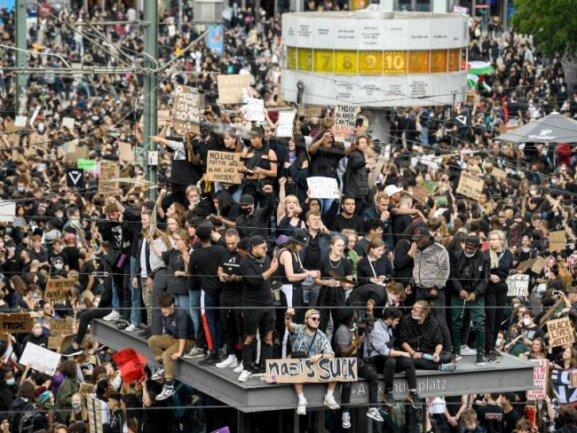 Zur «Black Lives Matter»-Demonstration auf dem Berliner Alexanderplatz am Samstag kamen Tausende Teilnehmer.