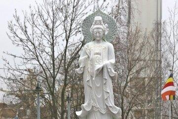 Im Hof der ehemaligen Gaststätte und Kegelbahn an der Lippoldsruh trotzt die weibliche Statue Wind, Wetter und den Behörden.