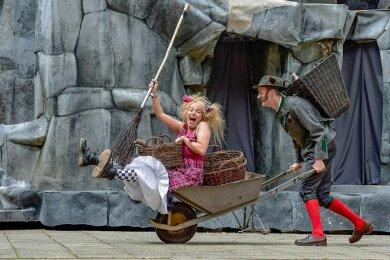 Mit großem Erfolg war 2019 die Geschichte von der kleinen Hexe (gespielt von Magda Decker, hier zu sehen mit Dominik Puhl als Revierförster) auf der Chemnitzer Küchwaldbühne zu sehen. Das Theater will die Spielstätte auch im kommenden Sommer nutzen. Foto: Nasser Hashemi/Archiv