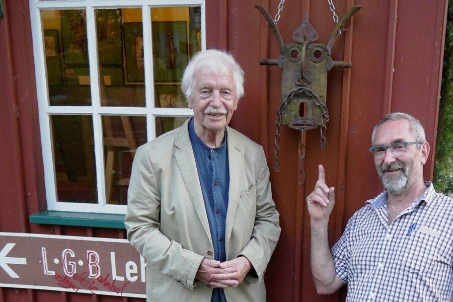 Albrecht von Bodecker (li.) und Museumschef Matthias Lehmann präsentierten zur Ausstellungseröffnung im Lunzenauer Eisenbahnmusem eines der eisernen Objekte.