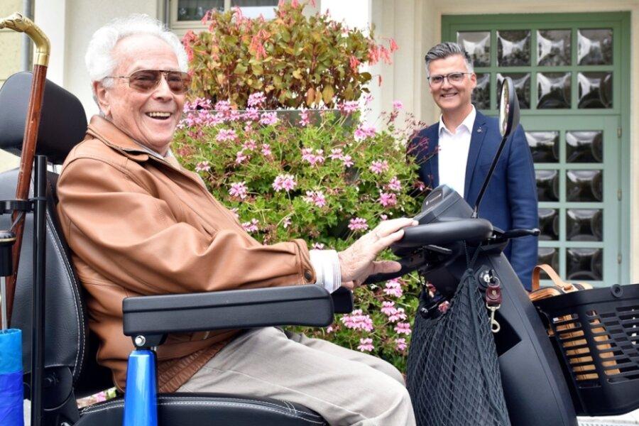 Hans Malsch (97) aus Erfurt und Olaf Schlott (hinten), der Bürgermeister von Bad Elster.